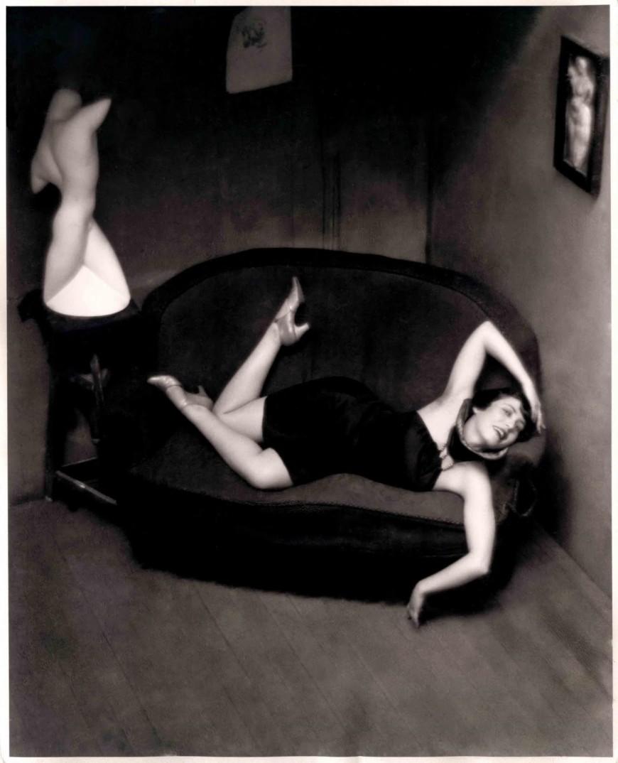 Brassaï - Femme allongée sur un canapé